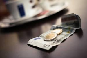 Kurs euro do dolara w dół, EUR/USD broni oporu, indeksy giełowe DAX i Nasdaq w odwrocie