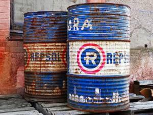 Ropa naftowa schładza rajd. Odbijający dolar nie pomaga