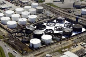 Cena ropy spada poniżej 43 dolarów za baryłkę po publikacji zapasów