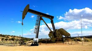 Ceny ropy naftowej nie utrzymały się w pobliżu tegorocznego maksimum