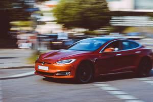 Tesla: rozpędzony kurs akcji pokonuje barierę 1500 dol., Elon Musk już bogatszy od Buffetta.