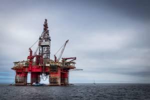 Cena ropy WTI na rocznych szczytach. Pomogły kurczące się rezerwy w USA