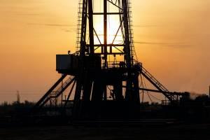 Ropa naftowa odbija od nowych szczytów. Brent i WTI w dół