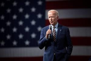 Kurs dolara nieznacznie zyskuje do euro, gdy Joe Biden proponuje pakiet pomocowy  warty 1,9 bln USD.